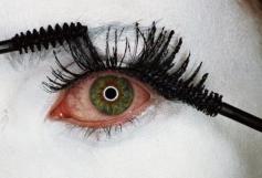 Mascara Wars, 2001