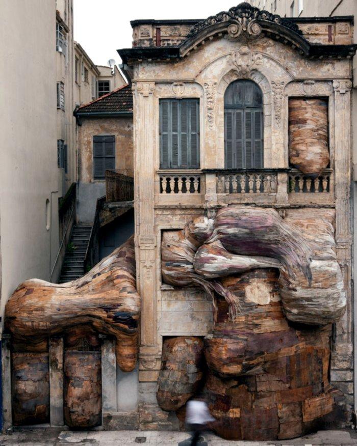 Casa dos Leoes, by Henrique Oliveira